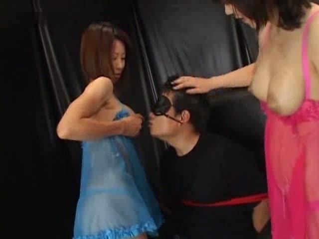 搾り飛ばされる女性たちの美味しい母乳を、必死で舌を伸ばし浅ましく求める男性www