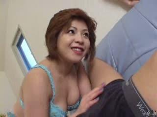 四十路の熟女のフェラ無料jukujyo動画。       【四十路熟女とエッチするアダルト動画】フェラチオ抜きしたザーメンを垂れ流し