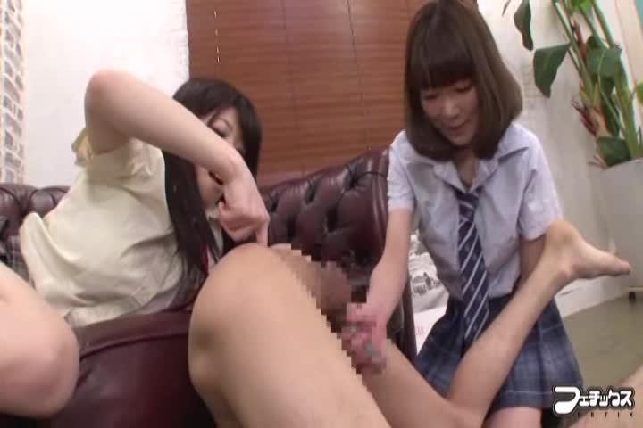 葵なつ 若葉りか ちんぐり返しでアナル責めしてくる変態女子校生2人組!ヒクヒクしてるアナルに棒を突っ込みながら高速手コキ!M男には堪らない攻撃ですww